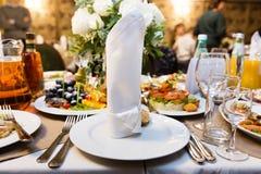 Mãos da noiva e do noivo com anéis de casamento Foto de Stock Royalty Free