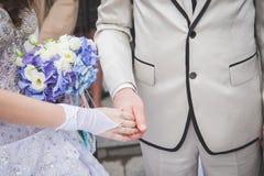 Mãos da noiva e do noivo no ramalhete do casamento conceito da união foto de stock royalty free