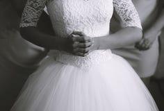 Mãos da noiva na cintura fotos de stock royalty free