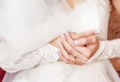 Mãos da noiva sobre o vestido Imagem de Stock Royalty Free