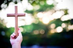 mãos da palma da pessoa para guardar a cruz santamente, crucifixo para adorar fotografia de stock