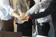 Mãos da pilha da equipe do negócio na sala de reunião imagens de stock