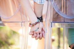 Mãos da posse dos amantes Foto de Stock