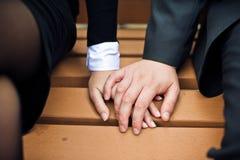 Mãos da posse dos trabalhadores de escritório foto de stock royalty free