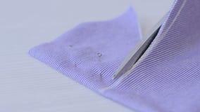 Mãos da tela do corte da costureira com tesouras vídeos de arquivo