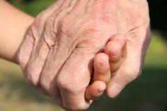 Mãos da terra arrendada Fotografia de Stock