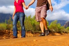 Mãos da terra arrendada da caminhada do homem e da mulher Fotografia de Stock Royalty Free