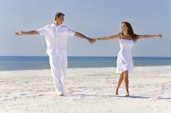 Mãos da terra arrendada da dança dos pares em uma praia tropical Foto de Stock