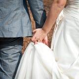 Mãos da terra arrendada da noiva e do noivo Imagens de Stock Royalty Free