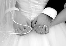 Mãos da terra arrendada da noiva e do noivo Imagem de Stock Royalty Free