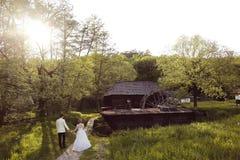 Mãos da terra arrendada da noiva e do noivo Foto de Stock Royalty Free