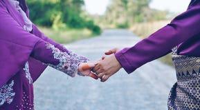 Mãos da terra arrendada do casal Fotos de Stock