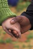 Mãos da terra arrendada do homem & da mulher Foto de Stock Royalty Free