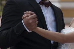 Mãos da terra arrendada do homem e da mulher Imagens de Stock Royalty Free