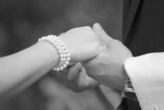 Mãos da terra arrendada dos pares do casamento Imagens de Stock Royalty Free