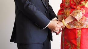 Mãos da terra arrendada dos pares do casamento Fotografia de Stock Royalty Free