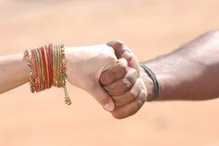 Mãos da terra arrendada dos povos Imagens de Stock