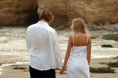 Mãos da terra arrendada na praia imagens de stock royalty free