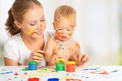 Mãos das cores da pintura da mãe e do bebê sujas Fotografia de Stock Royalty Free