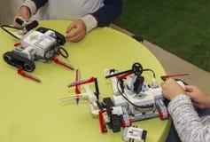 Mãos das crianças em classes da robótica foto de stock