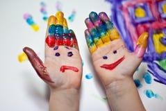 Mãos das crianças pequenas que fazem Fingerpainting Imagens de Stock Royalty Free