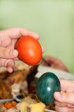 Mãos das crianças que guardam ovos da páscoa Fotografia de Stock