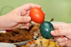 Mãos das crianças que guardam ovos da páscoa Imagem de Stock Royalty Free