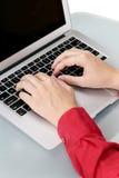 Mãos das meninas que datilografam no portátil Fotografia de Stock Royalty Free