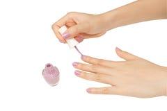 Mãos das mulheres com tratamento de mãos do prego Imagem de Stock