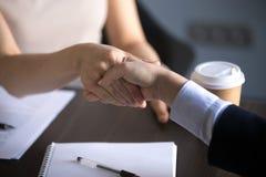 Mãos das mulheres de negócio que agitam fazendo o negócio da parceria, respeito fotografia de stock royalty free