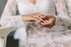 Mãos das noivas Imagens de Stock Royalty Free