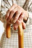 Mãos das senhoras idosas com vara de passeio Foto de Stock Royalty Free