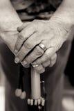 Mãos das senhoras mais idosas no punho do guarda-chuva Rebecca 36 Fotografia de Stock