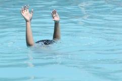 Mãos de afogar o menino Imagens de Stock