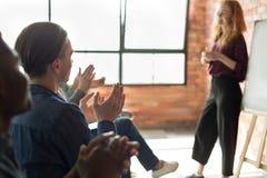 Mãos de aplauso da audiência após o seminário do negócio no sótão fotografia de stock royalty free