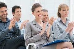 Mãos de aplauso da equipe do negócio