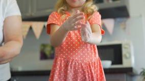 Mãos de aplauso da menina com farinha filme