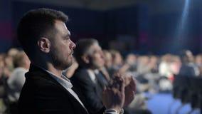 Mãos de aplauso de aplauso da multidão do negócio no evento ou na conferência da apresentação vídeos de arquivo