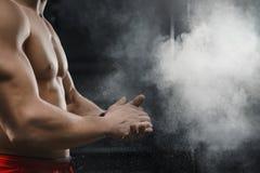 Mãos de aplauso do atleta muscular do crossfit e preparação para o exercício no gym imagem de stock