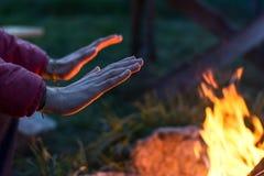Mãos de aquecimento imagens de stock royalty free