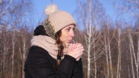 mãos de aquecimento da menina caucasiano da jovem mulher 4K com respiração, close-up vídeos de arquivo