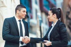 Mãos de And Businesswomen Shaking do homem de negócios foto de stock