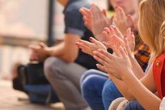 Mãos de cheering dos povos Imagens de Stock