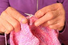 Mãos de confecção de malhas Imagem de Stock
