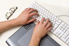 Mãos de dactilografia Imagens de Stock