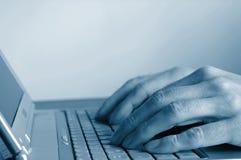 Mãos de dactilografia no teclado Imagens de Stock