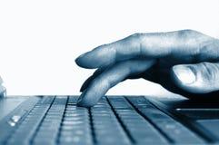 Mãos de dactilografia no teclado Foto de Stock
