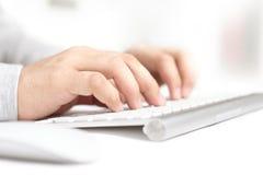Mãos de dactilografia no teclado Fotos de Stock
