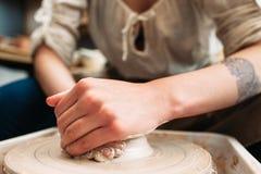Mãos de fazer o artesão da cerâmica da argila foto de stock royalty free