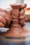 Mãos de fazer o potenciômetro de argila Foto de Stock Royalty Free